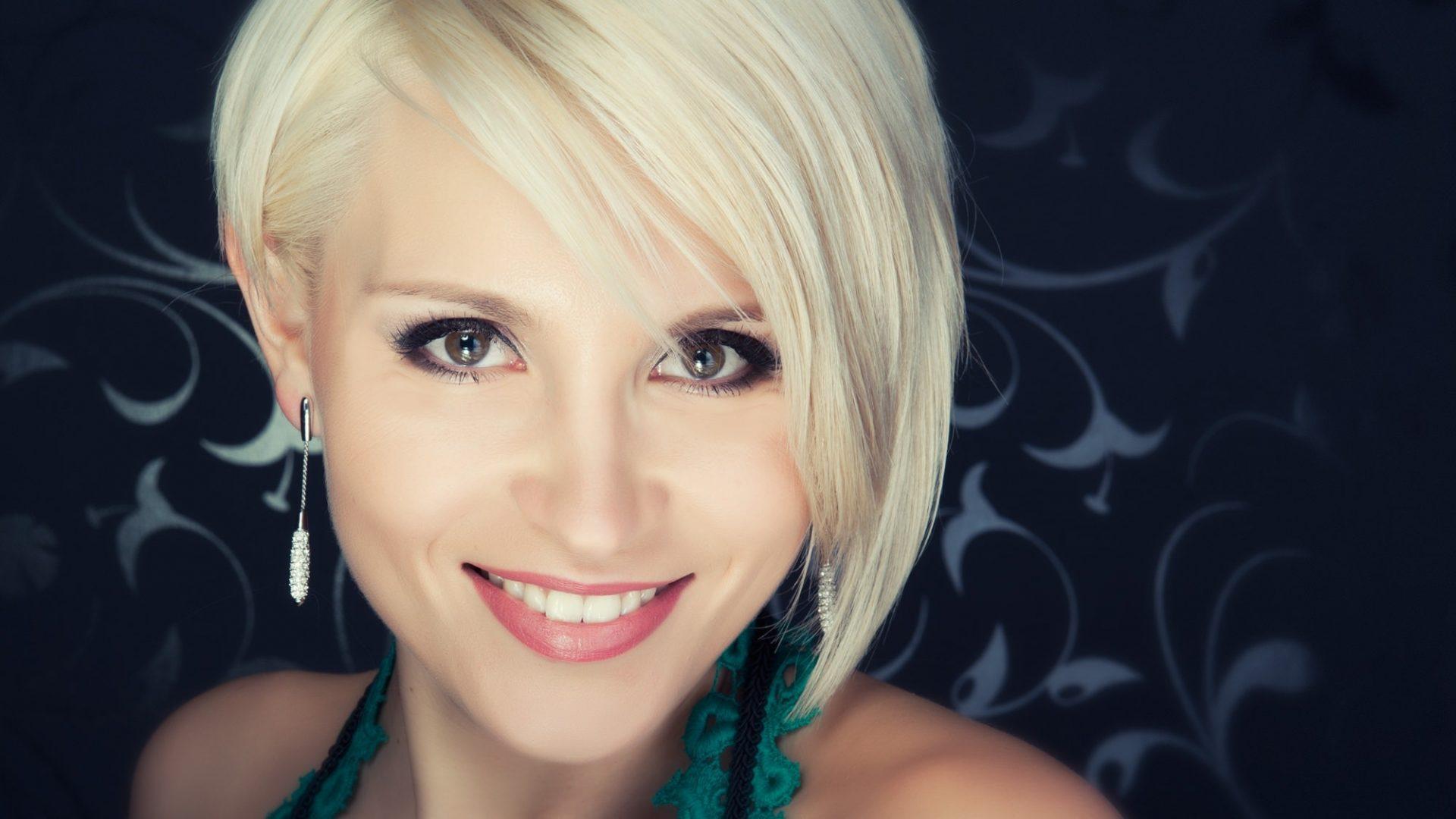 CELLIZ attractive beauty blond